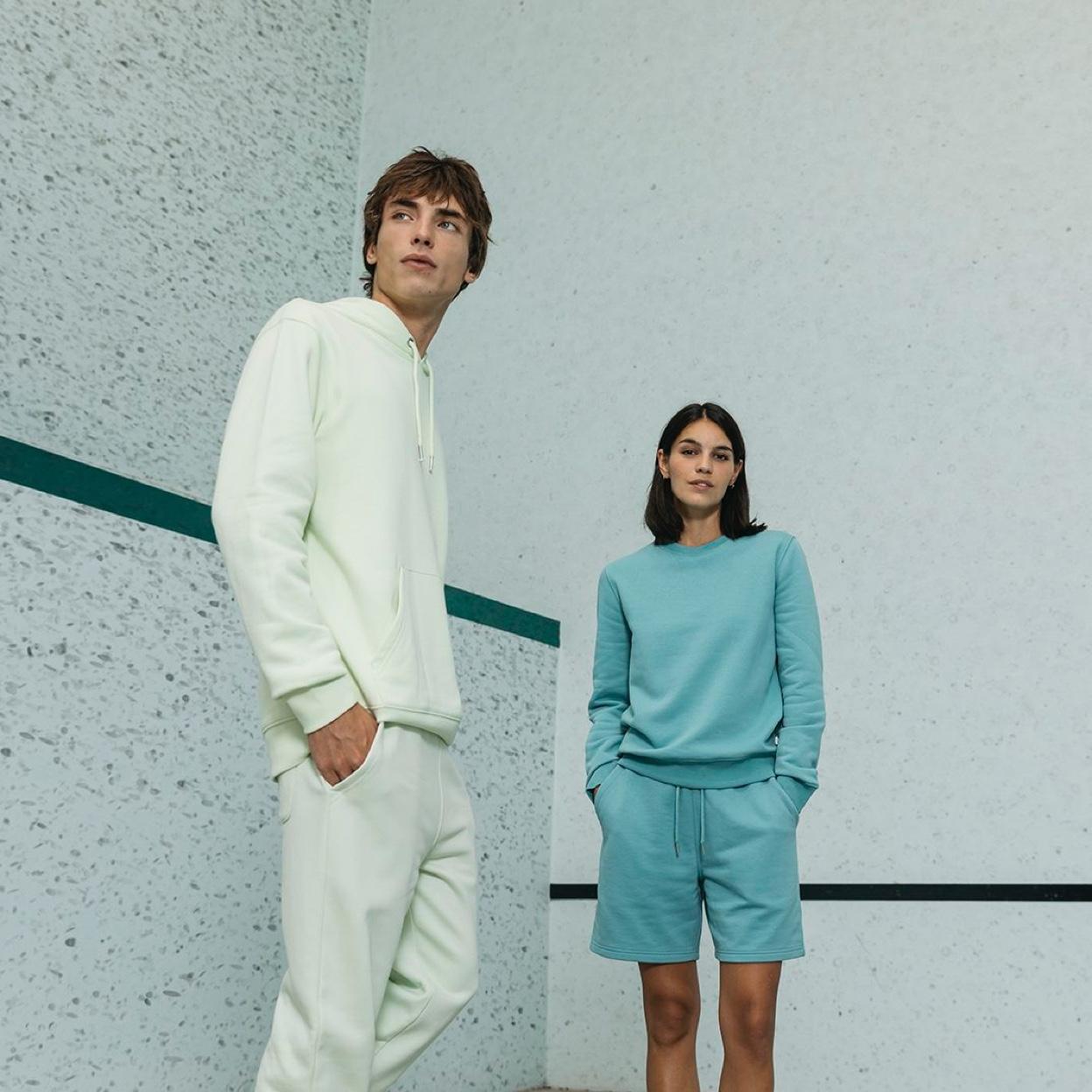 Visuel d'une femme et d'un homme portant les sweats personnalisables Stanley Stella