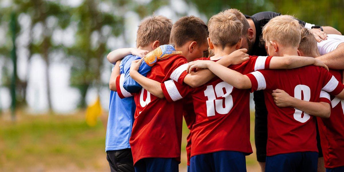 un groupe d'enfants portent des maillots de foot personnalisés avec des numéros