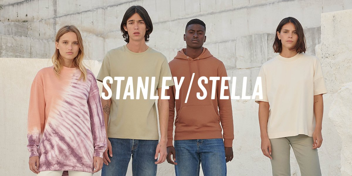 Deux hommes et deux femmes portent la collection de vêtement Automne/Hiver 2020 de la marque Stanley/Stella