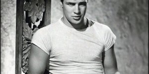 Marlon Brando portant le célèbre t-shirt dans le film Un tramway nommé Désir.