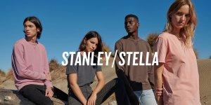 Des mannequins hommes et femmes posent dans le désert et portent des sweats et t-shirts colorés de la marque Stanley/Stella