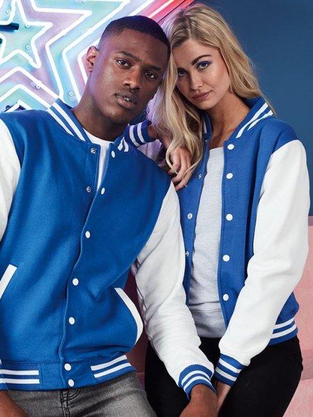 Un homme et une femme posent, ils portent des vestes teddy JH043 en coloris Royal Blue / White