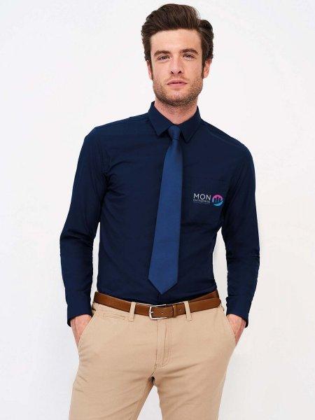Exemple de logo floqué sur une chemise personnalisable Baltimore Fit en coloris bleu foncé