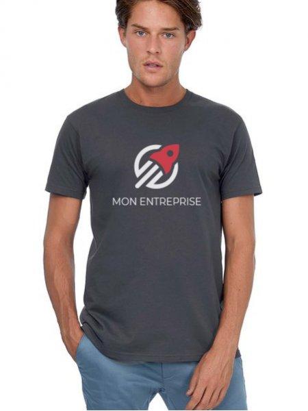 Le mannequin homme porte le t-shirt E190 à manches courtes et col rond en tissu épais à personnaliser en coloris Dark Grey