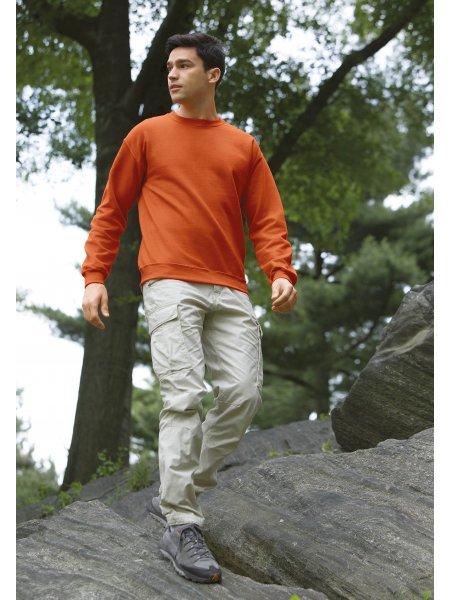 Le mannequin homme porte le sweat GI18000 à col rond en coloris Safety Orange