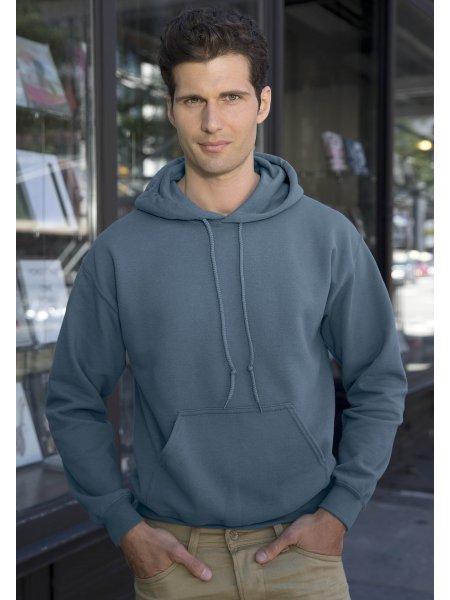 Le mannequin homme porte le sweat GI18500 à capuche et poche kangourou à personnaliser en coloris Indigo Blue