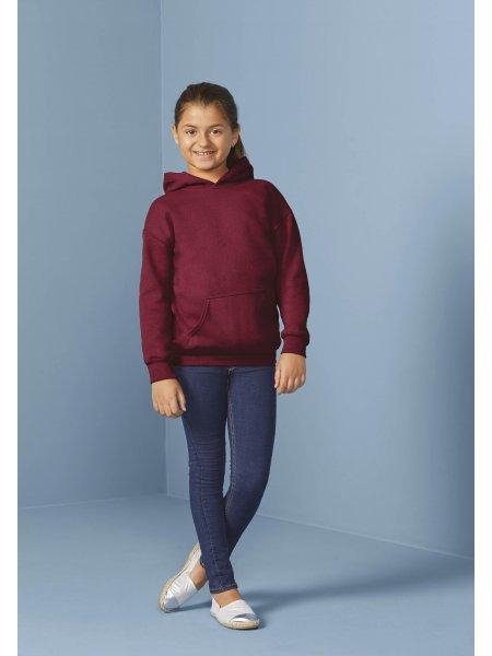 Le mannequin enfant porte le sweat à capuche et poche kangourou GI18500B à personnaliser en coloris Maroon