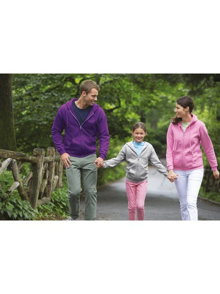 Les mannequin homme, femme et enfant portent le sweat à capuche zippé GI18600 en coloris Purple, Azalea et Sport Grey