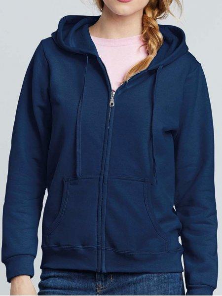 Le mannequin femme porte le sweat à capuche zippé GI18600FL à personnaliser en coloris Navy