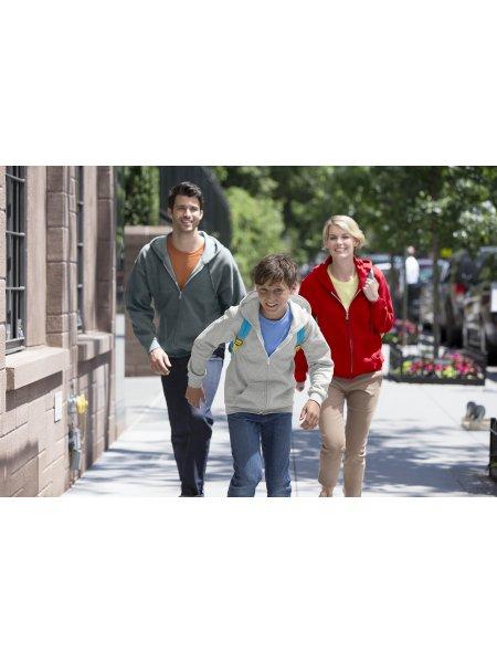 Les mannequins homme, enfant et femme portent le sweat à capuche zippé GI18600 en coloris Dark Heather, Sport Grey et Red