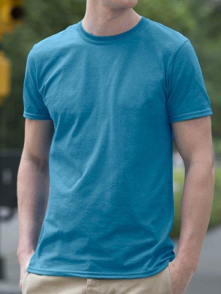 Le mannequin homme porte le t-shirt à col rond et manches courtes à personnaliser GI6400 en coloris Antique Sapphire