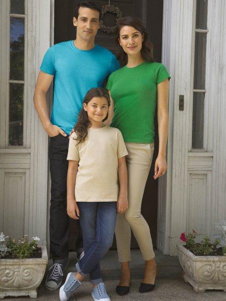 Les mannequins homme, femme et enfant portent le t-shirt GI6400 à manches courtes et col rond personnalisable en coloris Tropical Blue, Irish Green et Sand