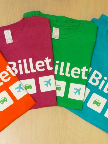Les t-shirts GI6400L et GI6400 personnalisés en Quadriflex en coloris Orange, Antique Heliconia, Irish Green et Tropical Blue