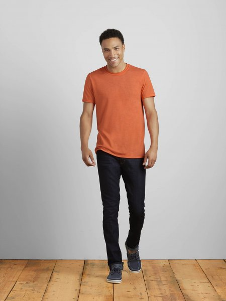 Le mannequin homme porte le t-shirt GI6400 à col rond et manches courtes à personnaliser en coloris Heather Orange