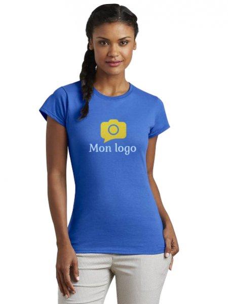 Le mannequin femme porte le t-shirt GI6400L à manches courtes et col rond personnalisable en coloris Royal Blue