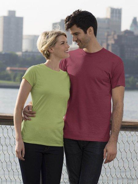 Les mannequins femme et homme portent le t-shirt à personnaliser GI6400 en coloris Mint Green et Heather Cardinal