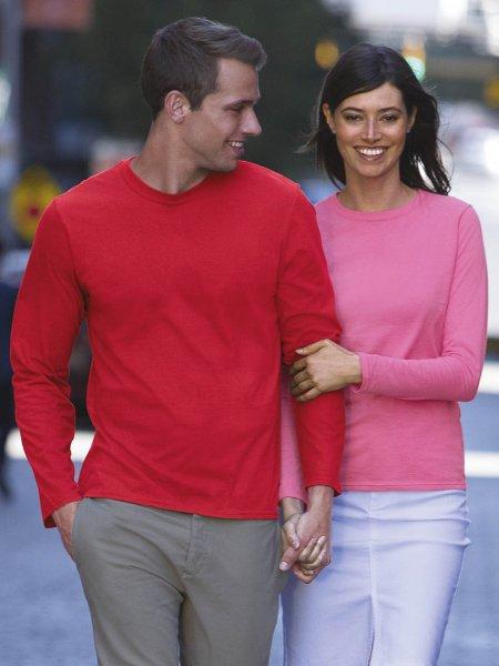 Les mannequins homme et femme portent le t-shirt GI64400 à manches longues personnalisable en coloris Red et Azalea