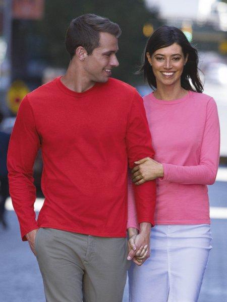Les mannequins homme et femme portent le t-shirt GI64400L à manches longues à imprimer en coloris Red et Azalea