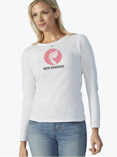 Le mannequin femme porte le t-shirt à manches longues GI64400L à personnaliser en coloris White