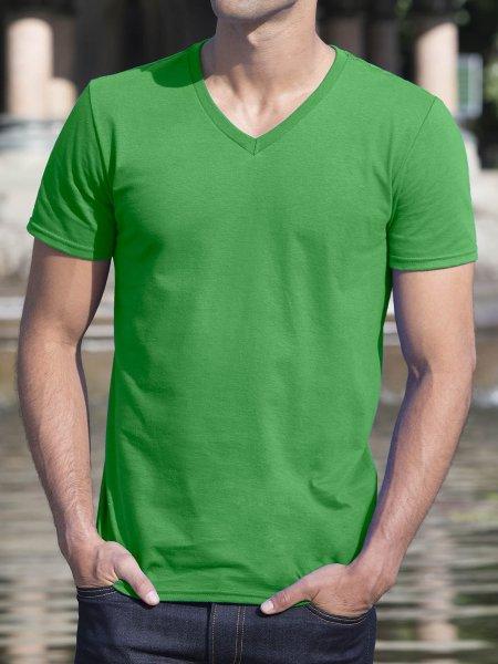Le mannequin homme porte le t-shirt GI64V00 à col V et manches courtes à personnaliser en couleur Irish Green