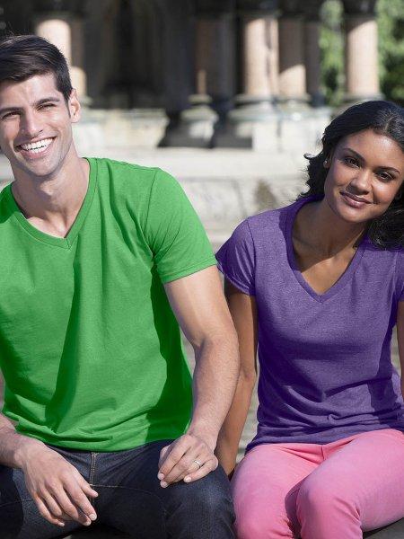 Les mannequins homme et femme porte le t-shirt GI64V00 à col V et manches courtes personnalisable en coloris Irish Green et Heather Purple