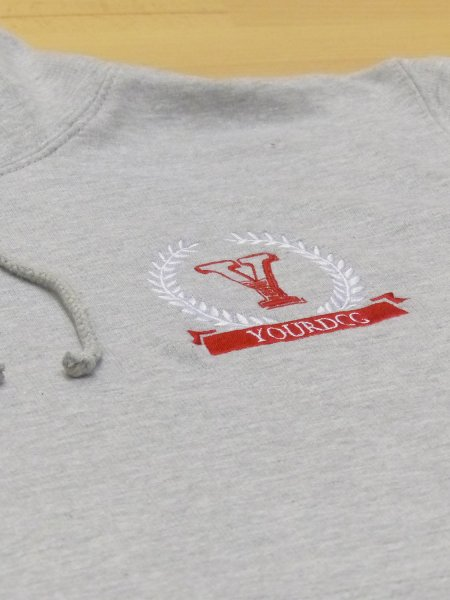 Le sweat JH001 en coloris Heather Grey personnalisé en broderie.