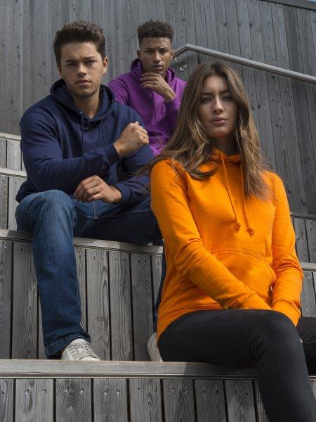 Les deux mannequins hommes portent le sweat à capuche JH001 en coloris Magenta Magic et Oxford Navy et le mannequin femme en coloris Orange Crush