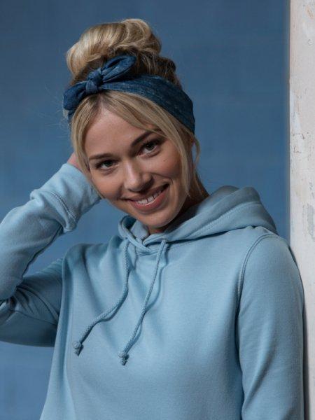 Le mannequin femme porte le sweat à capuche et poche kangourou JH001 personnalisable en coloris Sky Blue