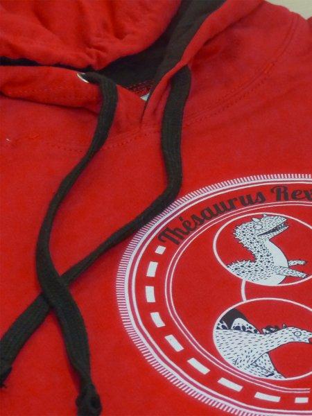 Le sweat à capuche contrastée JH003 en coloris Fire Red Jet Black personnalisé par impression numérique directe.