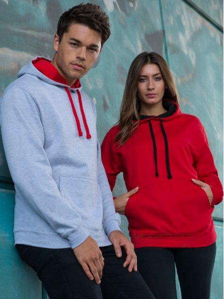 Les mannequins homme et femme portent le sweat à capuche contrastée et poche kangourou JH003 à personnaliser en coloris Heather grey Fire red et Fire red Jet black