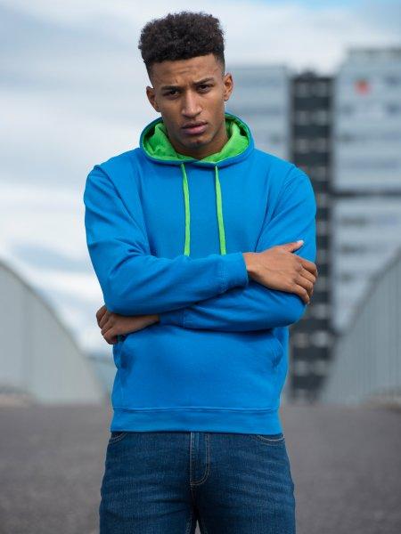 Le mannequin homme porte le sweat à capuche bicolore JH003 et poche kangourou personnalisable en coloris Sapphire Blue Lime Green