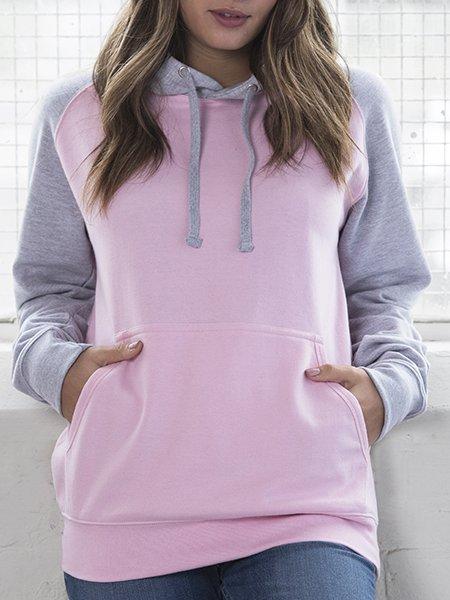Le mannequin femme porte le sweat à capuche baseball JH009 à personnaliser en coloris Baby Pink/Heather Grey