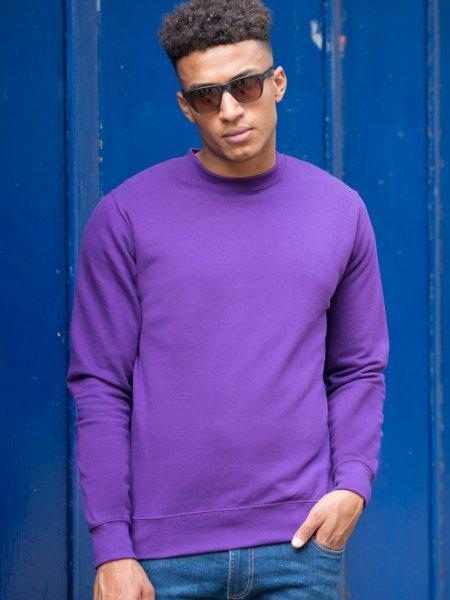 Le mannequin homme porte le sweat personnalisable à col rond rond JH030 en coloris Purple