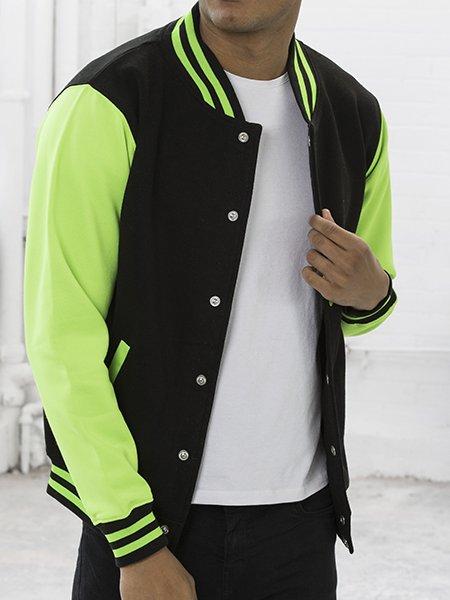 Le mannequin femme porte la veste JH044 à manches contrastées fluo personnalisable en coloris Jet Black Electric Green