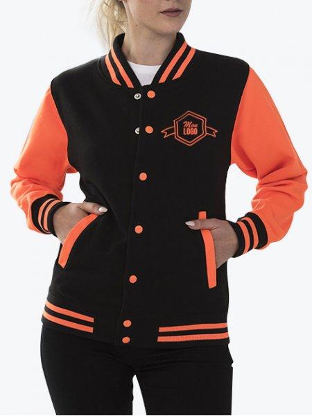 Le mannequin femme porte la veste JH044 à manches contrastées fluo personnalisable en coloris Jet Black Electric Orange