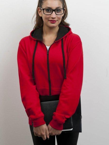 Le mannequin femme porte le sweat-shirt JH053 à zip et capuche contrastés à personnaliser en coloris Fire red Jet Black