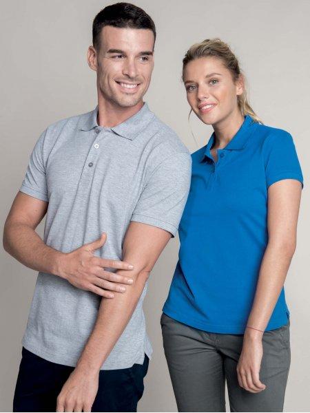 Les mannequins homme et femme portent les polos K241 et K242 en coloris Oxford Grey et Light Royal Blue.