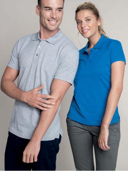 Les mannequins homme et femme portent le polo K242 et K241 à broder en coloris Oxford Grey et Light Royal Blue.
