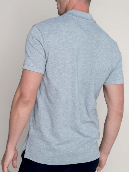 Le mannequin homme porte le polo K241 de dos en coloris Oxford Grey.