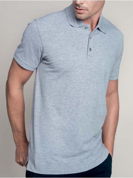 Le mannequin homme porte le polo K241 à broder en coloris Oxford Grey. daa3de708084