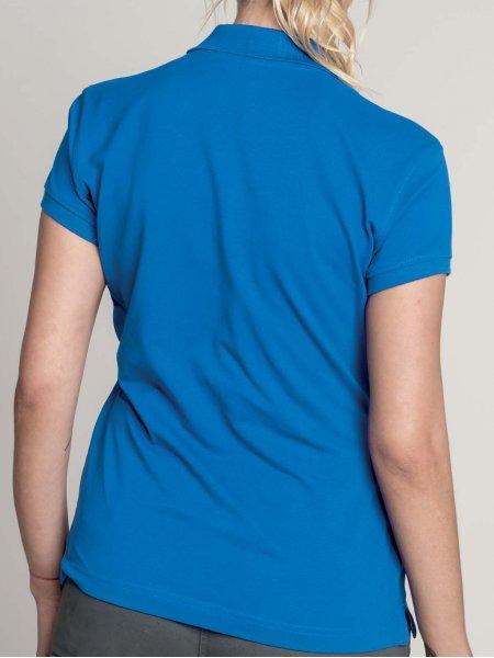 Le mannequin femme porte le polo K242 de dos en coloris Light Royal Blue