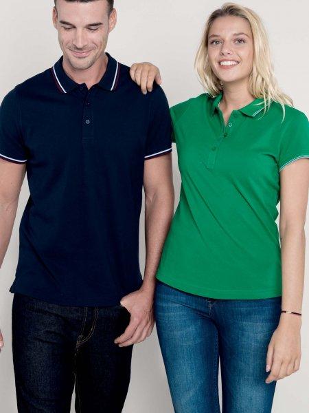 Les mannequins homme et femme portent les polos K250 et K251 à personnaliser en coloris Navy/Wine/White et Kelly Green/Light Grey/White.