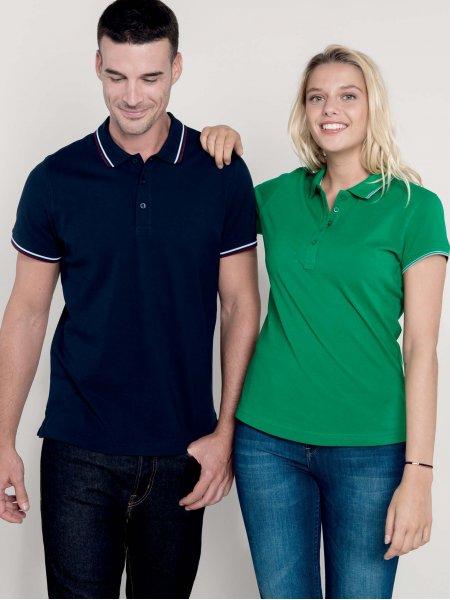 Les mannequins homme et femme portent les polos K250 et K251 à personnaliser en coloris Navy/Wine/White.