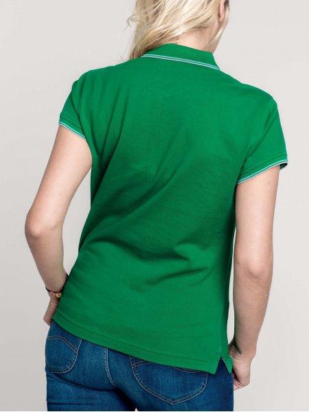 Le mannequin femme porte le polo K251 à personnaliser de dos en coloris Kelly Green/Light Grey/White.