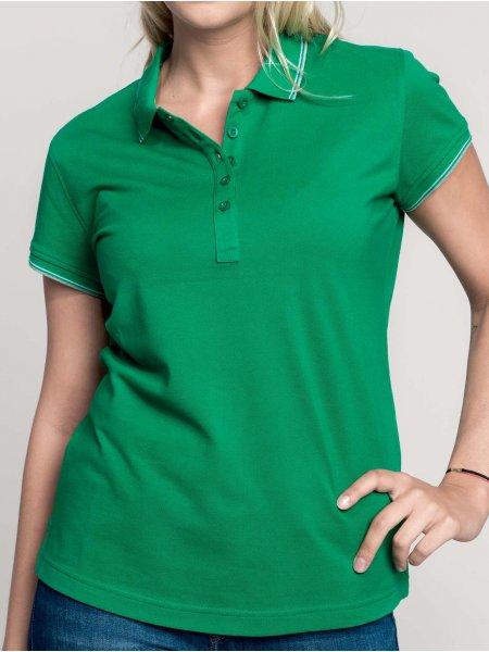 Le mannequin femme porte le polo K251 à liserés contrastés personnalisable en coloris Kelly Green/Light Grey/White.