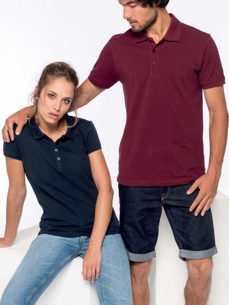 Les mannequins homme et femme portent les polos K254 et K255 en coloris Wine et Navy.