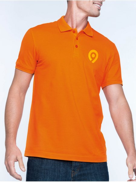 Le mannequin homme porte le polo à personnaliser K254 à manches courtes en coloris Orange.