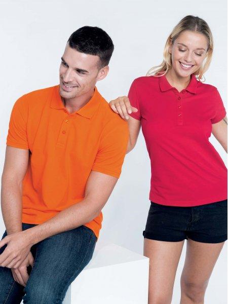 Les mannequins homme et femme portent le polo K254 et K255 à personnaliser en coloris Orange et Red.