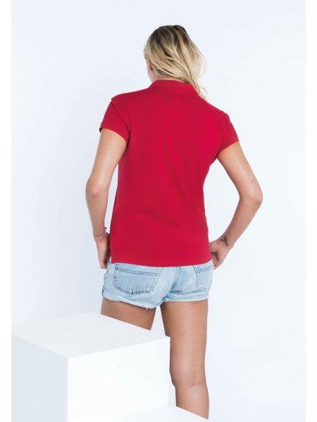 Le mannequin femme porte le polo K255 à personnaliser de dos en coloris Red.