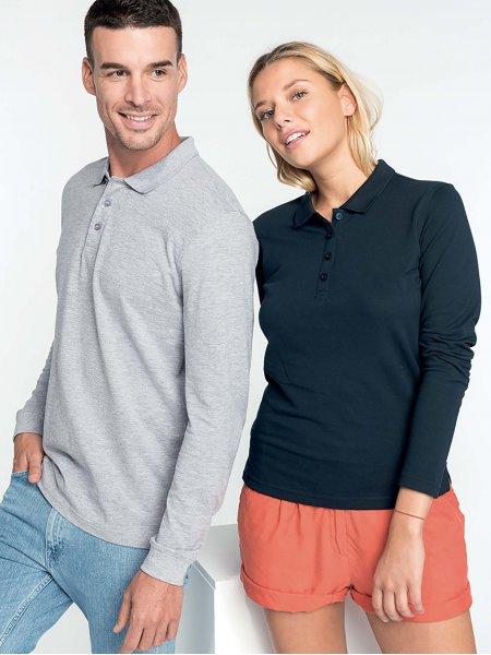 Les mannequins homme et femme portent les polos K256 et K257 à manches longues en coloris Oxford Grey et Navy.
